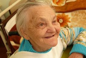 zdjęcie uśmiechniętej starszej pani