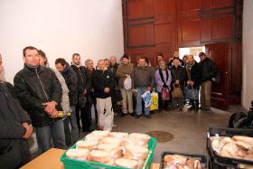zdjęcie osób ubogich w kolejce w jadłodajni